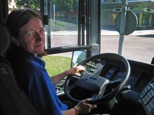 Annette Jansson säger att hon får huvudvärk och svårt att koncentrera sig när det är varmt i bussen. Och från fläkten kommer bara varmluft.