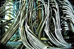 Den pågående och planerade nedläggningen av nuvarande teknik måste omedelbart avbrytas, tills det finns tekniska lösningar som garanterar att landsbygdskunder har tillgång till såväl telefoni som bredband, skriver företrädare för Centerpartiet.