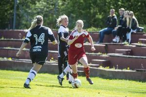 Alnös Sanna Lööw Ohlson var pigg matchen igenom. Här susar hon förbi Emma Sundin och Elin Åsenlund i motståndarlaget Valbo.