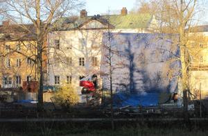 Vid Svartåns kant pågår, under presenningar, bygget av Västerås stifts nya lokaler.