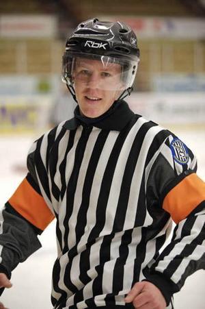 """SATSAR PÅ DOMARKARRIÄR. Joel Hansson är landets yngste hockeydomare i division 2. """"Det ger en bra extrainkomst nu"""", säger Joel som bor i egen lägenhet i Mora medan han läser till domare på gymnasiet där.Foto: Privat"""