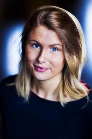 Namn: Anja StörvoldÅlder: 19Ort: FöllingeIntressen: Gillar att träna.Därför vill jag bli lucia: Vill bli lucia för att det skulle vara en upplevelse och innebära en bra gemenskap.