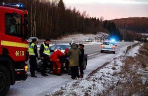 Räddningstjänsten på plats i Bydalen efter den första olyckan som inträffade strax före klockan halv åtta imorse då en bilibst överraskades av blixthalka.