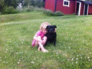 Grannflickan Mina Griff med vår Stella, Väddö.