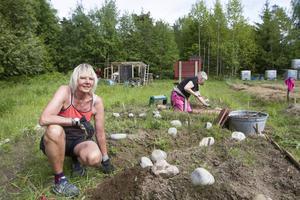 Ingrid Sandström och Lena Nylund är två av 16 medlemmar i Tillsammansodlingen i Mjösund som träffas varje söndag för att påta. Allt med syftet att jobba mot en hållbar framtid.