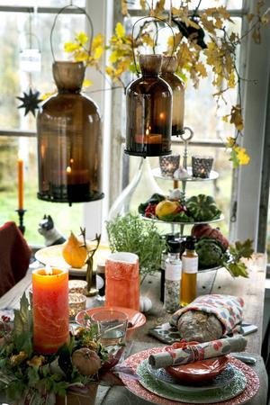 De bruna lyktorna som hänger över bordet kommer från Affari. De finns även i grönt, och även i rött till julen.
