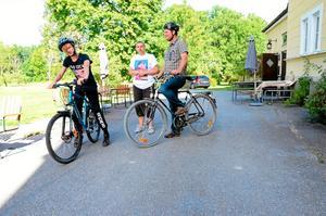 Klart för start. Johan Ekestubbe och Mikael Ekestubbe ska precis ge sig iväg ut på cyklarna.