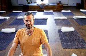 Yoga är en viktig behandlingsmetod inom ayurveda. Mattias Hagman, på Gävle Yogaskola, är ayurvedisk hälsorådgivare.