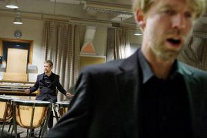 Fredrik Longueville vid pukorna i förgrunden Björn Nordqvist.