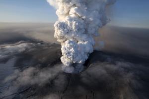 Sprider rädsla – också. Nu, när en vulkan under en tid har spytt ut aska, börjar de svagsinta ifrågasätta en fri marknad. Som om en central myndighet skulle ha rett ut flygkaoset bättre än fler utspridda aktörer, skriver Carl Johan Ljungberg. foto: scanpix