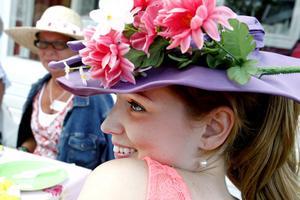 – Det känns helt fantastiskt, jag vill tacka Erikshjälpen, sa Johanna Nylén skrattande i ett spontant tacktal. Hon vann pris för finaste hatt.