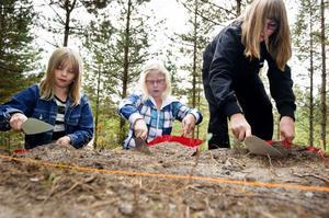 Linnea Forslund, Emma Jakobsson och Mathilda Forstin provar på hur det är att vara arkeolog för en dag.