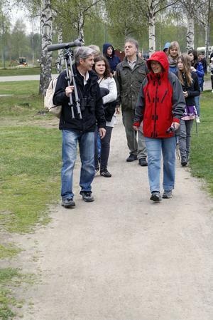 Fågelskådare på väg, ledd av Tony  Persson med tubkikaren på axeln och lärarna Heléne Berglund och Anders Jonsson.