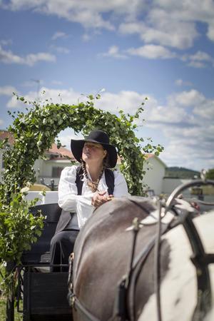 Arrangören Eva Wallin och hästen Brux laddar inför sista grejen - brukskörning med häst och vagn.