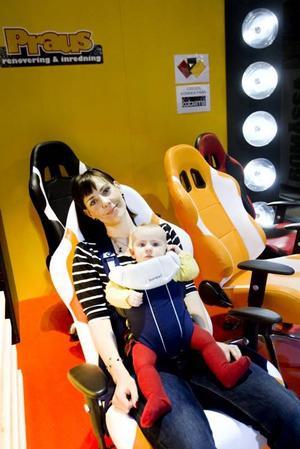 Sofia Almström är intresserad av inredning men fastnade med dottern Lisa i en sportig kontorsstol.