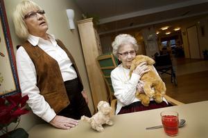 Birgitta Johansson med sin mamma Norah Samuelsson. Mjukdjuren har hon passat på att köpa när dottern har tagit med henne ner på stan.