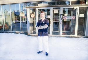 Utbildad som flygmekaniker vid GMU - i dag arbetarJohnny West som resurs på det särskilda boendet Älvgården i Backe.
