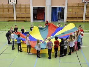 Samarbete. Tillsammans gjorde barnen en jättestor ballong.