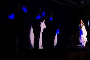 """""""Jag vill leva lycklig för att jag är jag, kunna vara stark och fri ..."""" Budskapet fick nytt innehåll när Ronja Borglund avspänt och tonsäkert sjöng """"Gabriellas sång"""". Extra stämningsfullt blev det när tre teckenspråkstolkar framförde texten med självlysande vantar på händerna.  Foto: Birgitte Meidell Roald"""