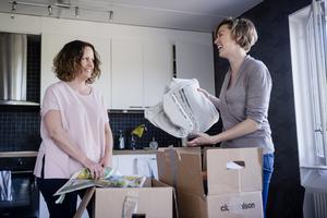 Organisatören Brita Hahne ger Kate Sullivan sina bästa packtips inför flytten. Ett är att inte packa lådorna för tungt. Lägg sådant som väger mycket i ungefär halva lådan och fyll sedan på med textilier.