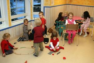Det kan bli trångt i stora matrummet när det används för lek. Föräldrar befarar ännu större trängsel och färre personal.