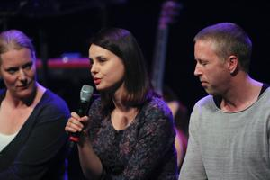 Rumänske författarinnan Gianina Carbunariu, vid mikrofonen, flankerad av regissören Sofia Jupither t v och skådespelaren Jonas Sjöqvist t h. Bilden är från en förhandsvisning för abonnenter tidigare i veckan.