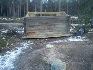 En bild från Jungfruberget i Falun där en raststuga vältes omkull av blåsten.