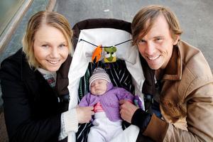 Familjen Olsson strax efter att dottern Molly föddes.