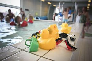 Lek är det viktigaste, barnen ska känna sig bekväma i vattnet för att under sommaren kunna ta del av kommunens sjöar.