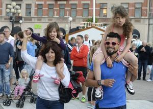 Richie Koria tog med döttrarna Emilia, Alma och hans mamma Roxana till torget. För Roxana var det hennes första dag i Sverige.