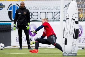 Hampus Nilsson och Aly Keita - två spelare som kampar om samma plats i laget.