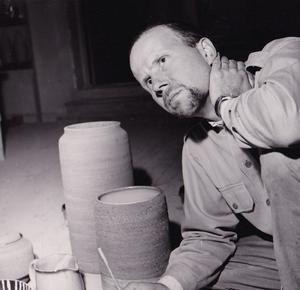 Nittsjö Keramik har haft tre välkända formgivare och dekoratörer, Erik Mornils, Jerk Werkmäster och Thomas Hellström. Bilden på Thomas Hellström är från 1960-talet.