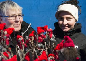 Kersti och Emma Danell med sina jultomtar.