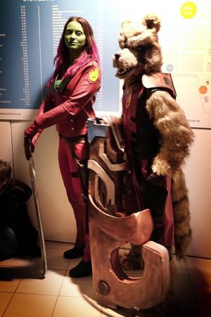 """Gamora och Rocket Raccoon, kända från filmen """"Guardians of the galaxy"""" lät sig gärna fotograferas."""