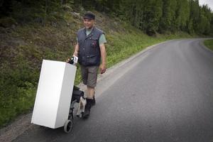 Fredrik Strid ska vandra närmare 120 mil med sitt podium innan han är framme i Norge.