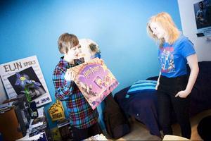"""Det finns mycket som skvallrar om Elin Anderssons stora intresse i hennes rum i föräldrahemmet i Duved. I sommar kommer sista Harry Potter-filmen och efter det hoppas hon på en tv-serie på BBC och ett stort Harry Potter-lexikon. """"Ett lexikon där det kommer att stå allt. Där man verkligen kan nörda ner sig"""" säger hon. Emma Jonsson håller med."""