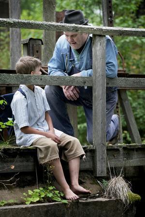 """Mötet. """"Hej, jag heter Burken"""" lyder repliken när uteliggaren träffar unge Jens, som när på en dröm om att bli trummis. Foto:Peter Ohlsson"""