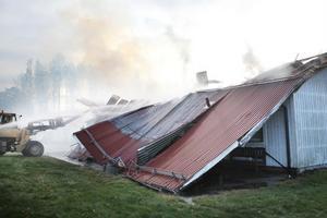 Taket fick slitas bort för att brandmännen skulle komma åt att släcka.