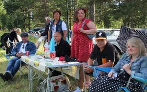 Vid korsningen Backavägen–Golfvägen hade ett sällskap slagit sig ned med bord och campingstolar. Foto: Eric Salomonsson