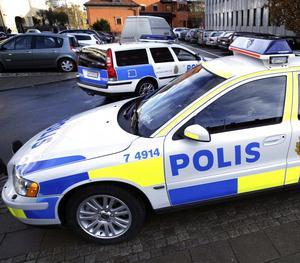 Låt stå. Att kunna lämna polisbilen och under väl genomtänkta och planlagda former fotpatrullera bland allmänheten, bör därför ses som det optimala för varje polis, skriver Kenth Möller. foto: tony persson