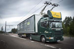 Den eldrivna Scanian kör på elvägen utanför Sandviken. Åkeriet Ernsts Express och några av deras chaufförer utbildas på elkörning.