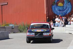 Racingföraren Victor Bouveng kör folkracebil inför publiken i Hudiksvall.