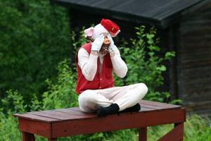 Foto: Anders NilssonTor-Björn Wikander drog ner en del skratt när han vickade på stjärten som en av de små grisarna.Gröten var ju för varm. Guldlock (Annika Theland) gillar inte Stora Björns frukost.Foto: Anders Nilsson