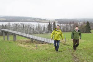 Kalle Frölander och Johan Nordin från Nordisk Vindkraft var i går på plats i Sidensjö för att informera om bygget av vindkraftparken i området.