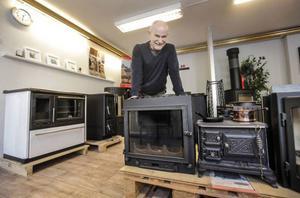 Många av Curt Olssons kunder har egen ved. Ska man köpa brukar en kubikmeter hamna på runt 450 kronor. Eldar man med briketter uppmanar han till försiktighet. – En klamp kan motsvara tre vedträn säger han.