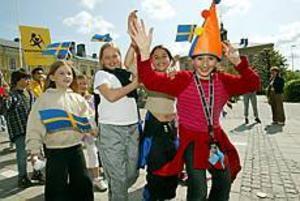Foto: LARS WIGERT Tågar mot torget. Kulturskolans dag firades med sång och musik av de många eleverna.