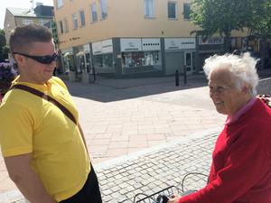 Cityvärden Joakim hjälper Härnösandsbon Eva Wikner till rätta.