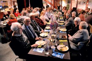Firade 80 år. Ann-Britt Söderling från Gällersta bjöd barn och barnbarn på kalas på Sparbanksbörsen.