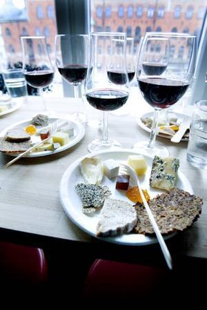 Lokalt och ekologiskt. Första möte bjöd på provning av ekologiskt vin och Svenska ostar.