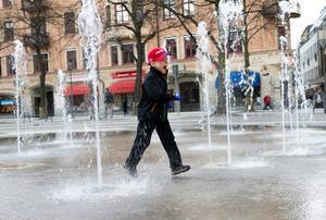 Viggo Nordin, 6 år, testar fontänen på Järntorget.